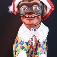 Arlecchino, un <em>burattino</em> (marionnette à gaine) dans la tradition de Bergamo par le marionnettiste Pietro Roncelli (Brembate di Sopra, Bergamo, Italie). Photo réproduite avec l'aimable autorisation de Bruno Ghislandi