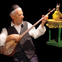 Hasan Poureidian, maestro de <em>bazi-ye šekar</em> o <em>arusaki</em>, un tipo de bailarín bonachón. Fotografía cortesía de Poupak Azimpour
