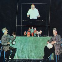 Ali Asghar Ahmadi (1934-2001, centre, standing), master of <em>kheimeh shab bazi</em>, Iranian string puppetry. Photo courtesy of Poupak Azimpour