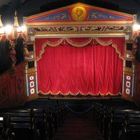 Intérieur du théâtre de marionnettes, Biggar Puppet Theatre (Lanarkshire du sud, Écosse) en 2016, conçu par Ian Purves (1986). Photo réproduite avec l'aimable autorisation de Collection : Jill Purves (International Purves Puppets)