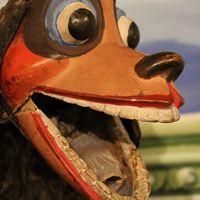 Chien, marionnette à gaine par le marionnettiste américain Bil Baird, vers 1940. Photo réproduite avec l'aimable autorisation de Collection : The Cook / Marks Collection, Northwest Puppet Center (Seattle, Washington, États-Unis). Photo: Dmitri Carter