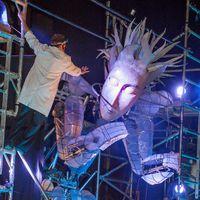 Colossus, dans <em>Colossus Awakes</em> (2014) par Emergency Exit Arts (Londres, Royaume-Uni), mise en scène : Deb Mullins. Marionnette géante, hauteur : 5 m. Marionnettes, spectacle de lumière, théâtre de rue, pyrotechnie. Photo réproduite avec l'aimable autorisation de Emergency Exit Arts