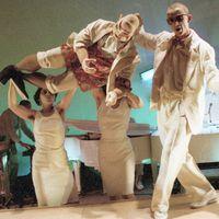 <em>Cho Cho San</em> (1984), por Handspan Theatre (Melbourne, Australia), una producción con actores, imágenes animadas y títeres. Escena de Piano Bar: Goro (titiritero John Rogers) con los titiriteros Carmelina Di Guglielmo y Lizz Talbot. Texto: Daniel Keene, basado en el libro de John Luther <em>Madame Butterfly</em>, puesta en escena: Geoff Hooke, escenografía: Ken Evans, partitura musical: Boris Conley y Dalmazio Babare. Foto: Ken Evans