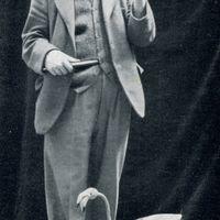 H. W. Whanslaw (1883-1965), autor prolífico, ilustrador, titiritero, fundador del The British and Model Theatre Guild, con un títere de hilos de tipo <em>flamingo</em>. Fotografía cortesía de Colección: The British Puppet and Model Theatre Guild