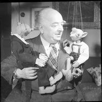 Josef Skupa (1892-1957), marionnettiste, artiste visuel et auteur dramatique pour le théâtre de marionnettes tchèque, l'une des figures centrales du théâtre de marionnettes tchèque, avec ses personnages de marionnettes à fils, Spejbl et Hurvínek. Photo réproduite avec l'aimable autorisation de Archives de Loutkář