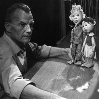 Jože Pengov, the first artisti<em>c</em> dire<em>c</em>tor of Mestno lutkovno gledališče (today, Lutkovno gledališče Ljubljana) with the puppets from <em>Sinja pti<em>c</em>a</em> (The Blue Bird, 1964) by Mauri<em>c</em>e Maeterlin<em>c</em>k and Janko Kos, dire<em>c</em>tion: Jože Pengov, visual design: Fran<em>c</em>e Mihelič. Photo courtesy of Lutkovno gledališče Ljubljana (Slovenia)