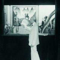 Manuel de Falla avec des marionnettes d'El retablo de maese Pedro, septembre 1932. Venise, Italie. Photo réproduite avec l'aimable autorisation de Collection : Fundación Archivo Manuel de Falla.