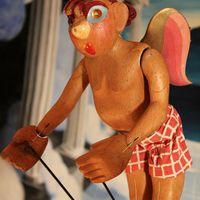 Cupidon, marionnette à tiges, hauteur : 34 cm, par la marionnettiste, professeure et auteure américaine Marjorie Batchelder (1903-1997). Collection : The Cook/Marks Collection, Northwest Puppet Center (Seattle, Washington, États-Unis). Photo: Dmitri Carter