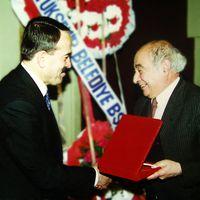 Metin And (à droite) avec le chercheur turc dans les arts de la marionnette, Mevlüt Özhan. Photo réproduite avec l'aimable autorisation de UNIMA Turquie (UNIMA Turkiye)