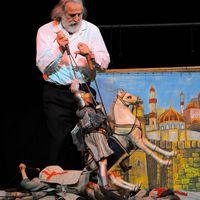 Marionnettiste, <em>puparo</em> et <em><em>c</em>untista</em> italien, Mimmo Cuti<em>c</em><em>c</em>hio (Si<em>c</em>ile, Italie, 1948- ), réalisant un spe<em>c</em>ta<em>c</em>le d'<em>opera dei pupi</em>, marionnettes à tringles en style palerme. Photo réproduite avec l'aimable autorisation de Figli d'Arte Cuticchio