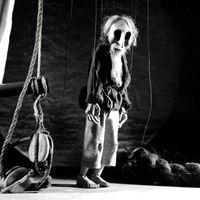 <em>The Ancient Mariner</em> (Le vieux marinier), dans <em>The Ancient Mariner</em> (1980) par Movingstage Marionette Co. (Hackney, Londres, Royaume-Uni), dans le théâtre de la compagnie, le Puppet Theatre Barge (Tamise), mise en scène : Juliet Rogers, conception et fabrication : Gren Middleton. Marionnette à fils, hauteur : 50 cm. Photo: Gren Middleton