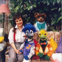 Cast of television series <em>Under the Umbrella Tree</em> (1986-1993). Holly Larocque and three glove and rod puppets, Iggy, Gloria and Jacob, design and fabrication: Noreen Young. Collection: Noreen Young Productions. Photo courtesy of CBC