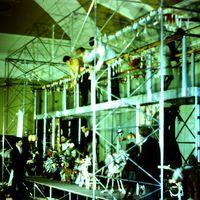 Bastidores de <em>The Explorers</em> (1968), una producción del Marionette Theatre of Australia, puesta en escena: Peter Scriven. Títeres de hilos. Fotografía cortesía de Colección: Marionette Theatre of Australia