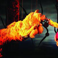 <em>La montagne de feu</em> (火焰山, 1979, un épisode de Voyage à l'ouest) créé par Huang Xijun, réalisée par Quanzhoushi Muou Jutuan (Quanzhou, province du Fujian, République populaire de Chine), mise en scène : Huang Shaolong, direction artistique : Huang Yique, scénographieet fabrication : Lin Congquan, Lin Congpeng, Wang Yixiong, marionnettistes : Xia Rongfeng, Zhuang Wentie, Xu Runming, Lin Xiaojun. Marionnettes à fils. Photo réproduite avec l'aimable autorisation de Quanzhoushi Muou Jutuan