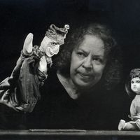 Sirppa Sivori-Asp (1928-2006), Finnish actress, director of puppet theatre, drama, opera and television, former president of UNIMA International and director of <em>Nukketeatteri Vihreä Omena</em> (Green Apple Puppet Theatre, Helsinki, Finland), performing her play, <em>Matkalla kymmenen valtakunnan taa</em> (The Faraway Land, 1989), a solo production based on her own experiences during the war. Photo: Rauno Träskelin