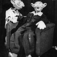 Spejbl et Hurvínek, personnages comiques populaires du théâtre de marionnettes tchèque créé par Josef Skupa. Marionnettes à fils originales de Josef Skupa construites en bois et tissu (1930), hauteur: 60-80 cm, conception: Karel Nosek (Spejbl), Gustav Nosek (Hurvínek). Photo réproduite avec l'aimable autorisation de Archives de Loutkář