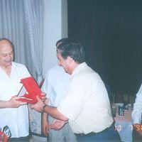 Tuncay Tanboğa, maître de théâtre d'ombres turc, le karagöz, avec (à sa droite) Şinasi Çelikkol et Dadi Pudumjee. Photo réproduite avec l'aimable autorisation de UNIMA Turquie (UNIMA Turkiye)