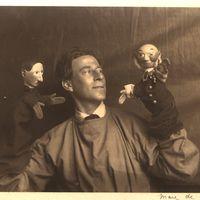 Walter Wilkinson (1889-1970) con dos títeres de guante (década de 1930). Fotografía cortesía de Colección: The National Puppetry Archive