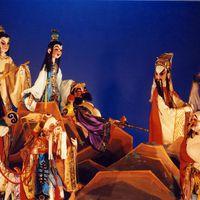 <em>Les huit immortels ont traversé la mer</em> (八仙过海, 2004) par Zhongguo Muou Yishutuan (District de Chaoyang, Beijing, République populaire de Chine), mise en scène : Wang Zibin, conception et fabrication : Liu Ji, Zhang Shihua, Nie Chengxiang, marionnettistes : Hou Xianzheng, Dou Yuru, Niu Meiping, Shen Ping, Liu Xinghua, An Ziming, Liang Shuli, Li Shuzhen, Zhang Zehua. Marionnettes à tiges, hauteur : 70-100 cm. Photo réproduite avec l'aimable autorisation de Zhongguo Muou Yishutuan