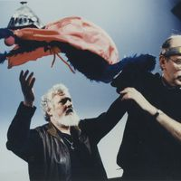 Frank Oz (derecha) interpretando a Super Grover con el director de <em>Sesame Street</em>, Jon Stone (izquierda), 1995. Foto: Richard Termine. © Sesame Workshop