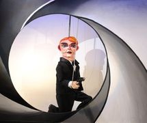 <em>James Blond</em> (2009) par Divadlo Alfa (Plzeň, République tchèque), mise en scène : Tomáš Dvořák, scénographie : Marek Zákostelecký. Photo réproduite avec l'aimable autorisation de Archives de Divadlo Alfa