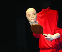 La recherche, dans <em>Dicotomias</em> (2001-2013) par O Casulo – BonecObjeto (São Paulo, Brésil), un spectacle visuel pour les adultes, dramaturgie et mise en scène : Ana María Amaral, scénographie, marionnettes et masques : Grupo O Casulo. Photo réproduite avec l'aimable autorisation de Ana María Amaral