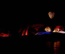 Ismália et son âme, dans <em>Dicotomias</em> (2001-2013) par O Casulo – BonecObjeto (São Paulo, Brésil), un spectacle visuel pour les adultes, dramaturgie et mise en scène : Ana María Amaral, scénographie, marionnettes et masques : Grupo O Casulo. Photo réproduite avec l'aimable autorisation de Ana María Amaral