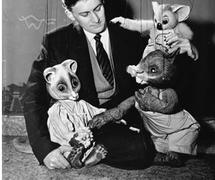 Peter S<em>c</em>riven (1930-1998), Australian puppeteer, entrepeneur and founding artisti<em>c</em> dire<em>c</em>tor of the Marionette Theatre of Australia (Sydney, NSW, Australia), with his marionettes (1956). Colle<em>c</em>tion: National Ar<em>c</em>hives of Australia