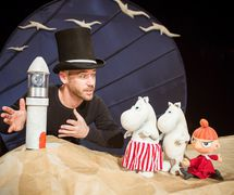 <em>Moominpappa at Sea</em> (2014) by Spare Parts Puppet Theatre (Fremantle, Western Australia, <em>c</em>ofounded in 1981 by L. Peter Wilson) adapted from the book by Tove Jansson, starring the hippopotamus-like <em>c</em>reatures, the Moomins. Dire<em>c</em>tion: Mi<em>c</em>hael Barlow and Noriko Nishimoto, design: Leon Hendroff, musi<em>c</em> <em>c</em>omposition: Lee Buddle, produ<em>c</em>tion manager: Elliot Chambers, <em>c</em>reative <em>c</em>onsultant: Noriko Nishimoto, props: Ben Gates, fabri<em>c</em> <em>c</em>onstru<em>c</em>tion: Annie Robinson. Solo performer: Mi<em>c</em>hael Barlow. Sour<em>c</em>e: https://www.weekendnotes.<em>c</em>om/im/009/09/moominpappa-at-spare-parts-puppet-theatre1.jpg