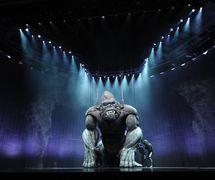 <em>Ki</em>ng Kong (premiere: 2013, Regent Theatre, Melbourne), giant puppet by Creature Te<em>c</em>hnology Co. (West Melbourne, Vi<em>c</em>toria, Australia), dire<em>c</em>tion: Daniel Kramer, dire<em>c</em>tor of puppetry: Peter J. Wilson. Photo: James Morgan