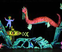 Scène sous-marine de Nessie, the <em>Loch Ness Monster</em> (2008) par les Purves Puppets, Biggar Puppet Theatre (Lanarkshire du sud, Écosse)