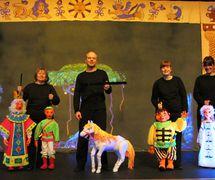 Marionnettistes des Purves Puppets (Lanarkshire du sud, Écosse) avec des marionnettes de The <em><em>Fire</em>bird</em> (tournée à Hong Kong, 2012)
