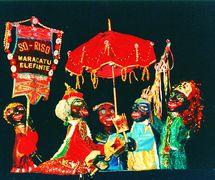 Una escena de <em>maracatu</em> en <em>Festança no Reino da Mata Verde</em> (1977) de Mamulengo Só-Riso (Olinda, Estado de Pernambuco, Brasil). Foto: Fernando Augusto Gonçalves