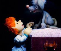 El niño Menino y el ratón, en <em>Na Pontinha do Sonho</em> (1989) por el Grupo Teatro de Bonecos Patati & Patatá and Zero Cia. de Bonecos (Belo Horizonte, Minas Gerais, Brasil), texto, puesta en escena, concepción, creación y manipulación: Grupo Teatro de Bonecos Patati & Patatá and Zero Cia. de Bonecos. Títeres de espuma de mesa y títeres de varillas. Fotografía cortesía de Grupo Teatro de Bonecos Patati & Patatá and Zero Cia. de Bonecos