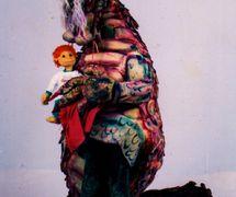 El niño Menino con un dragón, en <em>Na Pontinha do Sonho</em> (1989) por el Grupo Teatro de Bonecos Patati & Patatá and Zero Cia. de Bonecos (Belo Horizonte, Minas Gerais, Brasil), texto, puesta en escena, concepción, creación y manipulación: Grupo Teatro de Bonecos Patati & Patatá and Zero Cia. de Bonecos. Títere de espuma de mesa y títere habitable. Fotografía cortesía de Grupo Teatro de Bonecos Patati & Patatá and Zero Cia. de Bonecos