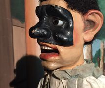 Brighella, un <em>burattino</em> del final del siglo XIX (títere de guante) de Emilio Zago (1852-1929, Venecia, Italia). Chris and Stephen Carter Collection, Northwest Puppet Center. Foto: Dmitri Carter