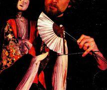 Bruce Schwartz avec sa marionnette à tiges japonaise. Photo de couverture du <em>Puppetry Journal</em> (mai-juin 1980), le magazine de Puppeteers of America. Photo: Gary Gruby