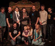 Buchty a loutky, compagnie de marionnettes indépendante tchèque fondée à Cheb (Bohème occidentale). Membres de la compagnie sur la photo : (rangée supérieure à gauche) : Marek Bečka, Radek Beran, Zuzana Bruknerová, Lukáš Valiska (technicien), Vít Brukner, Daniel Schenk (production), David Kovrzek (personnel de soutien) ; (rangée du bas à partir de la gauche) : Lukáš Silný (graphiste), Bára Čechová (scénographe), Kateřina Schwarzová (contador) (2015). Photo réproduite avec l'aimable autorisation de Archives de Loutkář. Photo: Olga Staňková