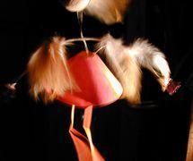 Automate, marionnette animée par des fréquences sonores inaudibles. Titre : <em>Interlude #2</em>, création et réalisation : Marcelle Hudon, système d'animation : Maxime Rioux. Projet réalisé avec l'appui du Conseil des arts du Canada, Montréal, 2000. Photo: Louise Lafontaine