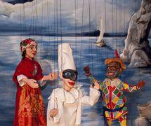 Carmosina, Pulcinella et Arlecchino, une production de Carter Family Marionettes de <em>Pulcinella Vendicato</em> (2010), direction musicale : Margriet Tindemans, marionnettes à fils : Stephen Carter, costumes : Chris Carter. Présenté au Northwest Puppet Center (Seattle, Washington, États-Unis). Photo: Dmitri Carter