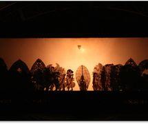 Un spectacle par Cenk Blonk (I Wayan Nardayana, 1966- ) de Banjar Belayu, district de Tabanan, Bali, <em>dalang</em>innovant de <em>wayang</em> kulit balinais. Photo réproduite avec l'aimable autorisation de UNIMA-Indonésie