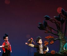 <em>My Alien Friend</em> (我的朋友是外星人, 2014) by Chengdu Muou Piying Jutuan (Centre for the Preservation of Intangible Cultural Heritage, Chengdu, Sichuan Province, People's Republic of China), direction: Ma Lu, design/construction: Dai Ronghua, puppeteers: Yan Zhi, Yang Yujie, Mao Lu, Jin Yu, Ye Teng. Rod puppets, height: 70-100 cm. Photo: Pan Yi