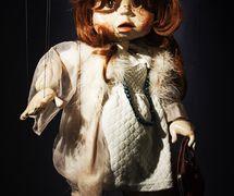 <em>Polly</em>, marionnette à fils, dans <em>Polly</em> (1981) par Coad Canada Puppets, mise en scène : Luman Coad, conception et scénographie : Arlyn Coad. Prix : Citation of Excellence in the Art of Puppetry de l'UNIMA-USA. Photo: Luman Coad