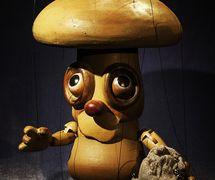 Thieving Mushroom, marionnette à fils, dans <em>Under the Grasses</em> (1979) par Coad Canada Puppets, mise en scène : Luman Coad, conception et scénographie : Arlyn Coad. Prix : Citation of Excellence in the Art of Puppetry de l'UNIMA-USA. Photo: Luman Coad