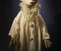 Pierrot, marionnette à fils, dans <em>A Gift for Columbine</em> (1988) par Coad Canada Puppets, mise en scène : Luman Coad, conception et scénographie : Arlyn Coad. Prix : Citation of Excellence in the Art of Puppetry de l'UNIMA-USA. Photo: Luman Coad