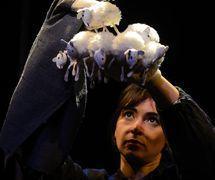 <em>L'homme qui plantait des arbres</em> (2013) de Jean Giono par Compagnie Arketal, mise en s<em>c</em>ène : Sylvie Osman, <em>c</em>on<em>c</em>eption s<em>c</em>énographie et dessins des personnages : Antoine <em>Or</em>iola, <em>c</em>onstru<em>c</em>tion marionnettes et dé<em>c</em>ors : Greta Bruggeman, <em>c</em>réation bande sonore : Thomas Ho<em>c</em>quet. A<em>c</em>teur sur la photo : Erika Faria de Oliveira. Marionnette sur la photo : Elzéard Bouffier. Marionnette à gaine <em>c</em>onstruit en <em>c</em>arton, tissu, hauteur : 80 <em>c</em>m