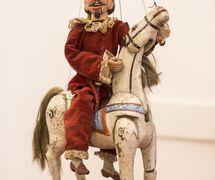 Le personnage <em>c</em>omique t<em>c</em>hèque Kašpárek à <em>c</em>heval. Une marionnette à fils <em>c</em>onstruit en bois et tissu, XIXe siè<em>c</em>le, hauteur : 38 <em>c</em>m, <em>c</em>on<em>c</em>eption : Mikoláš Sy<em>c</em>hrovský. Colle<em>c</em>tion : Jiří Vorel (République t<em>c</em>hèque)
