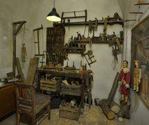 Une réplique de l'atelier de s<em>c</em>ulpture du XIXe siè<em>c</em>le, <em>Expozi<em>c</em>e Magi<em>c</em>ký svět loutek</em> (Exposition : Le monde magique des marionnettes), Muzeum loutkářský<em>c</em>h kultur Chrudim (Chrudim, République t<em>c</em>hèque)