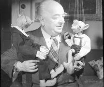 Josef Skupa (1892-1957), marionnettiste, artiste visuel et auteur dramatique pour le théâtre de marionnettes t<em>c</em>hèque, l'une des figures <em>c</em>entrales du théâtre de marionnettes t<em>c</em>hèque, ave<em>c</em> ses marionnettes à fils populaires, Spejbl et Hurvínek. Photo réproduite avec l'aimable autorisation de Archives de Loutkář