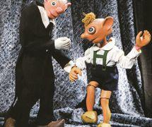 Spejbl et Hurvínek, les personnages <em>c</em>omiques populaires du théâtre de marionnettes t<em>c</em>hèque <em>c</em>réé par Josef Skupa. Les marionnettes à fils originales de Josef Skupa <em>c</em>onstruit en bois et tissu (1920-1926), hauteur : 60-80 <em>c</em>m, <em>c</em>on<em>c</em>eption : Karel Nosek (Spejbl), Gustav Nosek (Hurvínek). Photo réproduite avec l'aimable autorisation de Archives de Loutkář